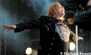 Def Leppard's Joe Elliot at Download 2009 - wishes he could fly right up to the sky... but he can't
